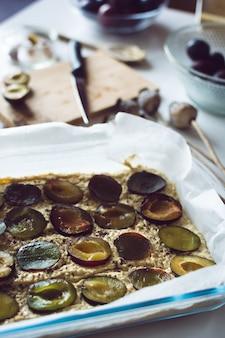 Ciasto śliwkowe gotowe do piekarnika