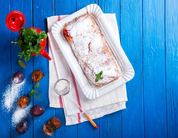 Ciasto, strudel z jagodami i owocami