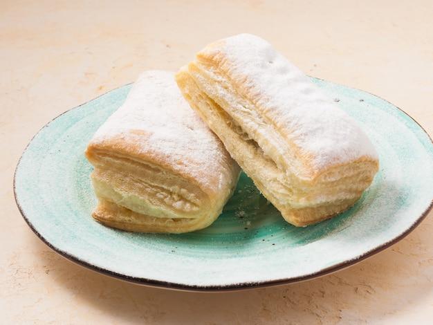 Ciasto: strudel ze słodkim nadzieniem posypany cukrem pudrem