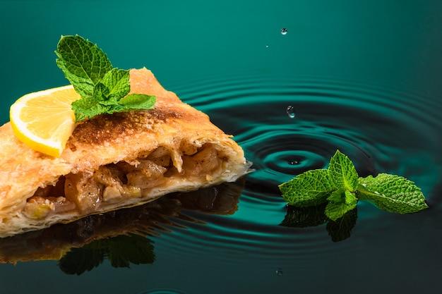 Ciasto strudelowe jabłkowe z miętą i cytryną.