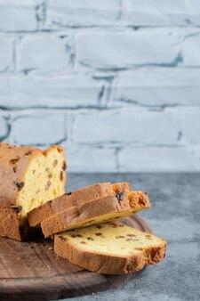 Ciasto sułtańskie w plasterkach na rustykalnej drewnianej desce.