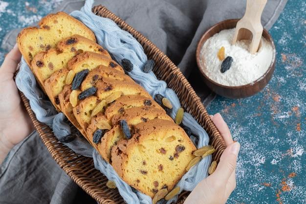 Ciasto sułtańskie w plasterkach w rustykalnym drewnianym koszu.