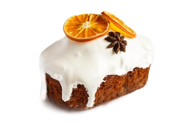 Ciasto świąteczne. ciasto owocowe isolaten na białym tle