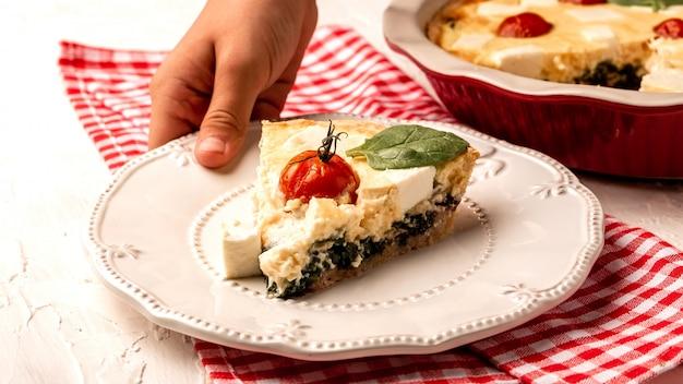 Ciasto szpinakowe lub spanakopita ze szpinakiem i serem feta