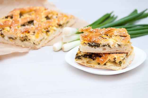 Ciasto szpinakowe lub spanakopita ze szpinakiem, serem, jajkami i cebulą