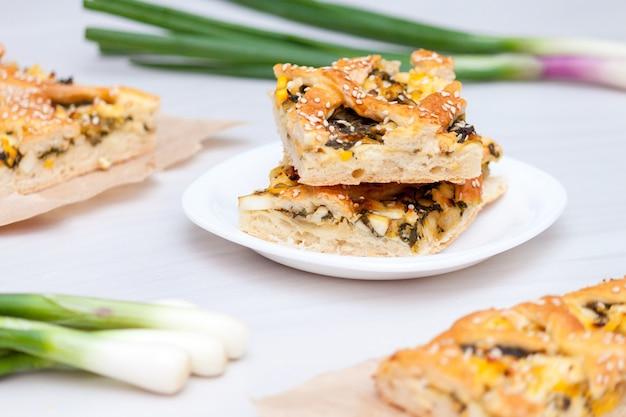 Ciasto szpinakowe z serem, jajkami i cebulą.