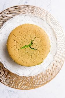 Ciasto szyfonowe to bardzo lekkie ciasto z charakterystycznym otworem pośrodku z nie natłuszczonej patelni rurowej
