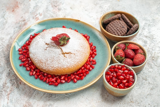 Ciasto truskawki granat ciasteczka czekoladowe apetyczne ciasto z jagodami