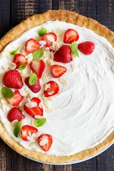 Ciasto truskawkowe z serem mascarpone, migdałami i miętą. tarta. sernik. ciasto. jedzenie wegetariańskie. przepis.