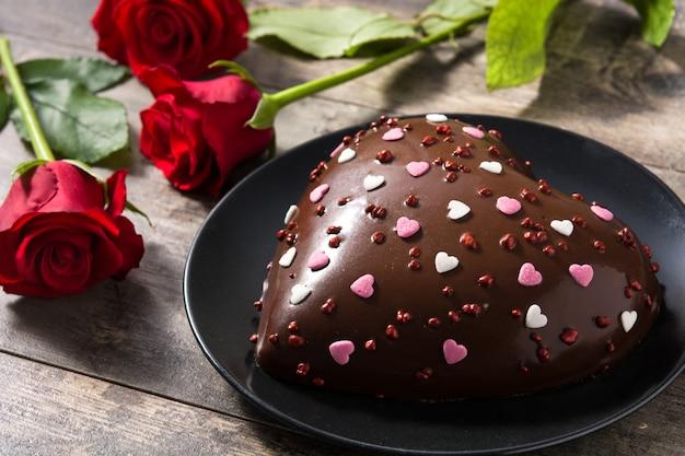 Ciasto w kształcie serca i czerwone róże