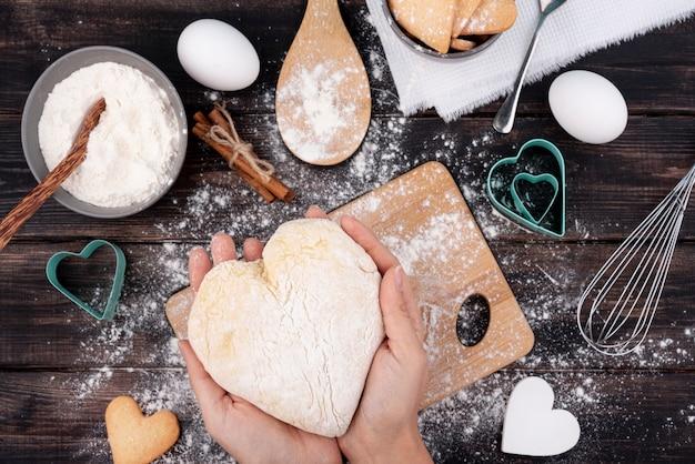 Ciasto w kształcie serca trzymając się za ręce