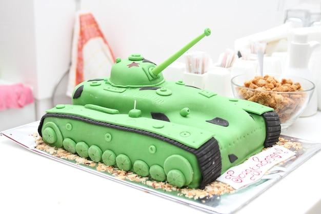 Ciasto w kształcie zbiornika prezent dla mężczyzn w lutym