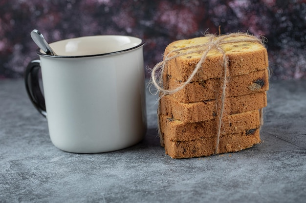 Ciasto w plastrach podawane z kubkiem napoju.