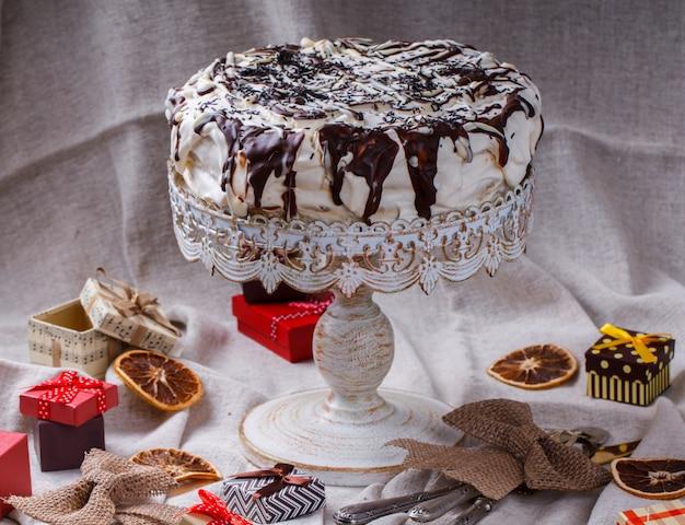 Ciasto w polewie czekoladowej. ciasta świąteczne i noworoczne