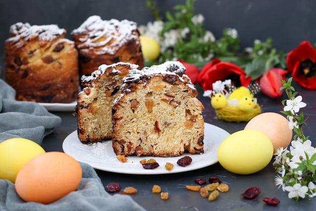Ciasto wielkanocne craffin i kolorowe jajka