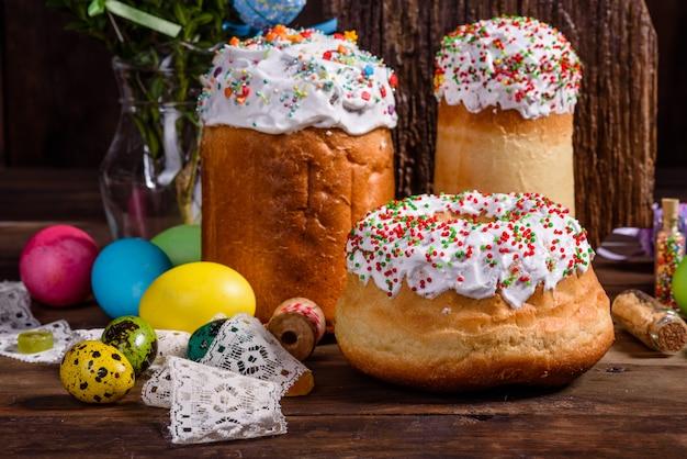 Ciasto wielkanocne i kolorowe jajka