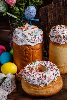 Ciasto wielkanocne i kolorowe ozdobne jajka