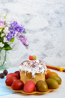 Ciasto wielkanocne i pisanki na talerzu