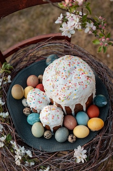 Ciasto wielkanocne z jajkami w gnieździe