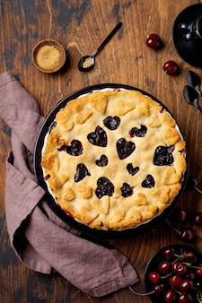 Ciasto wiśniowe smaczne domowe z sercami na drewnianym tle