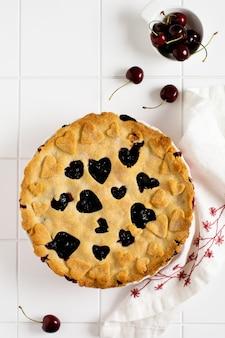 Ciasto wiśniowe smaczne domowe z sercami na jasnym białym pięknym ceramicznym tle