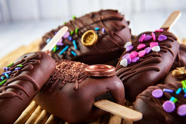 Ciasto wyskakuje w postaci lodów czekoladowych z dekoracją