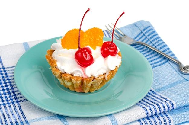 Ciasto z bitą śmietaną i jagodami owocowymi