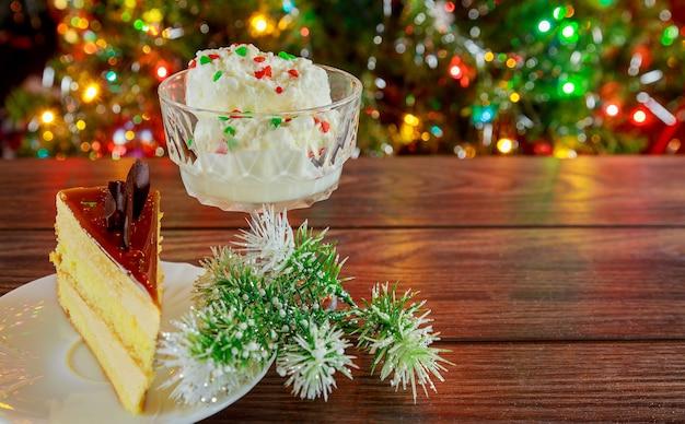 Ciasto z bitej białej ozdób choinkowych selektywnej ostrości