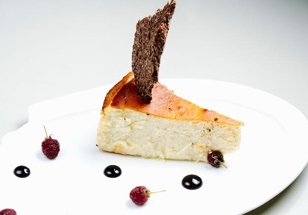 Ciasto z bocznymi jagodami i syropem czekoladowym