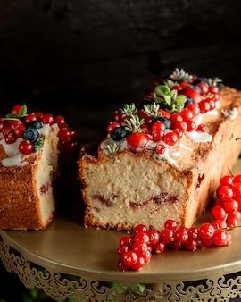 Ciasto z dżemem jagodowym, czerwoną porzeczką i śmietaną