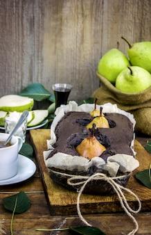 Ciasto z gruszkami. selektywna ostrość. natura boi żywności.