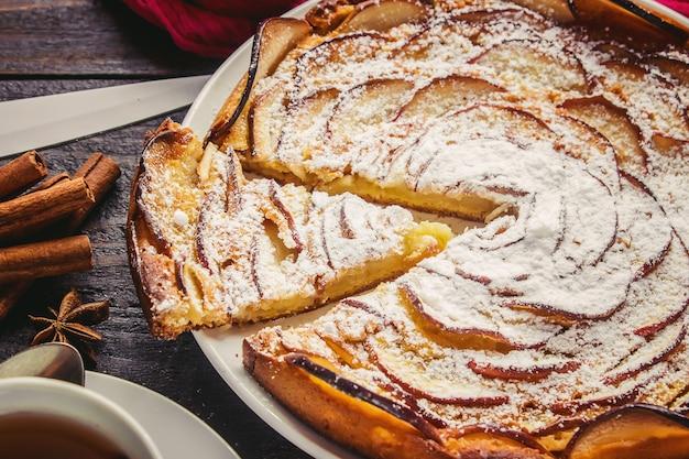 Ciasto z jabłkami. selektywna ostrość. bio żywność.