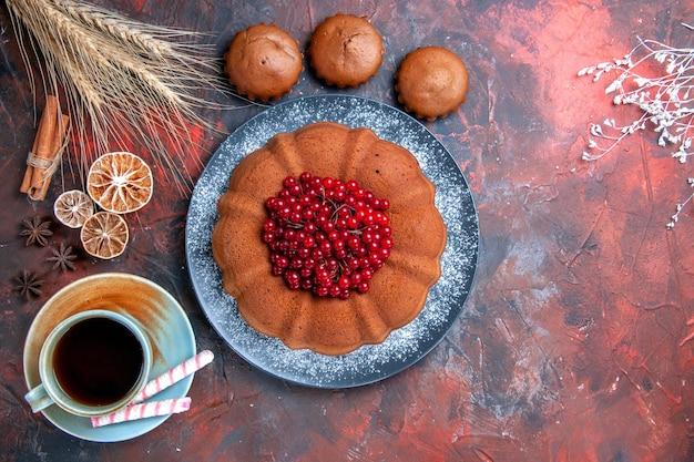 Ciasto z jagodami ciasto z jagodami babeczki słodycze filiżanka herbaty z cytryną