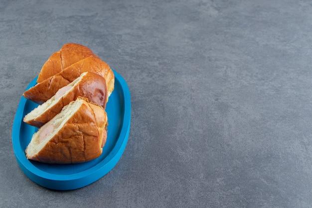 Ciasto z kiełbaskami pokrojonymi na cztery kawałki.