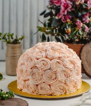 Ciasto z kwiatami na stole