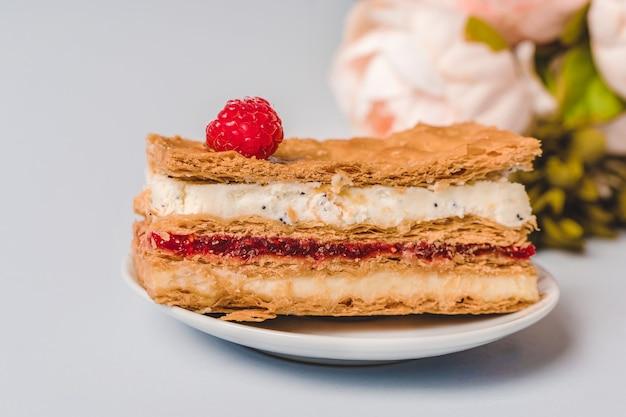 Ciasto z malinami i kremową warstwą minimalizmu