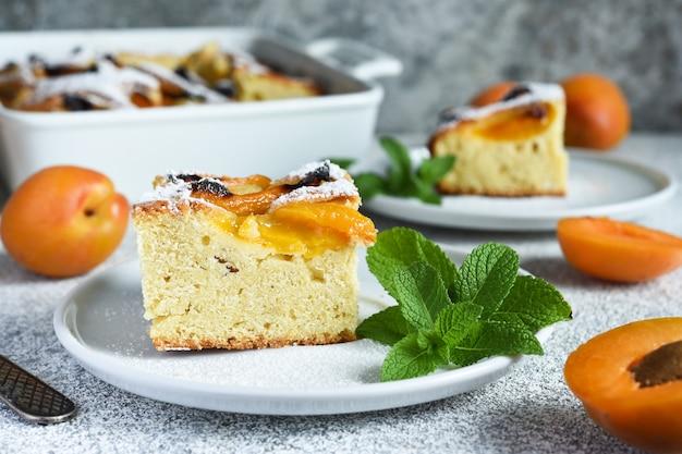 Ciasto z morelami. domowe ciasto z brzoskwiniami i morelami na kuchennym stole.