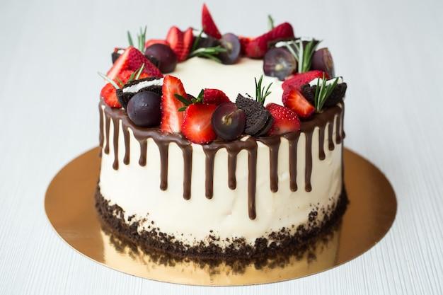 Ciasto z plamami czekoladowymi, truskawkami, winogronami, rozmarynem i oreo