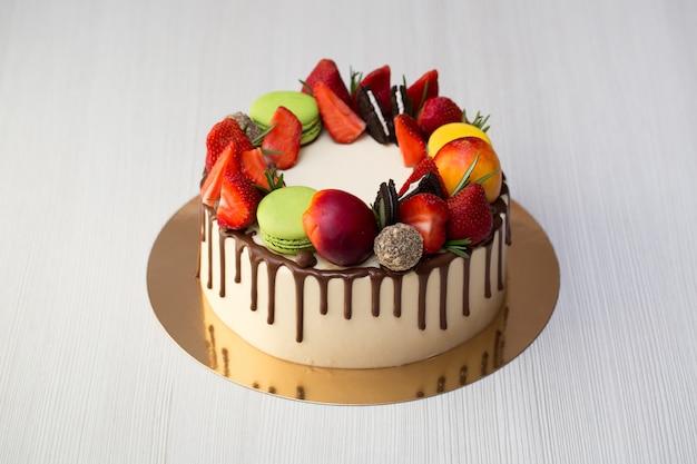 Ciasto z polewami czekoladowymi, truskawkami, brzoskwiniami, makaronikami, rozmarynem i oreo
