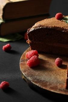 Ciasto z pragi. ciasto czekoladowe z malinami. ciasto na ciemnym tle.