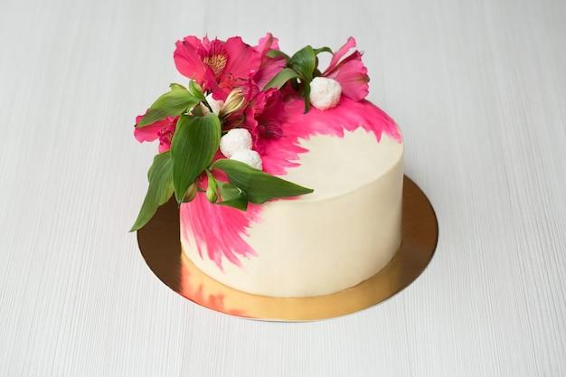 Ciasto z różowym wystrojem i kwiatami