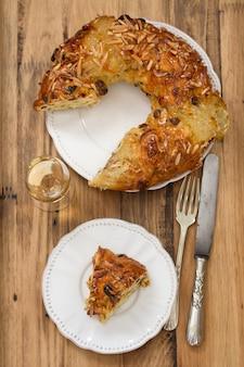 Ciasto z suszonymi owocami i orzechami na brązowej powierzchni drewnianej
