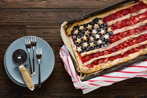 Ciasto z truskawkami i jagodami amerykańską flagę. 4 lipca. dzień niepodległości stanów zjednoczonych