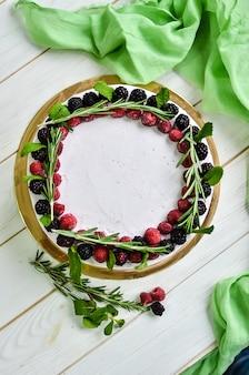 Ciasto ze świeżego białego jogurtu ze świeżymi malinami i jeżynami