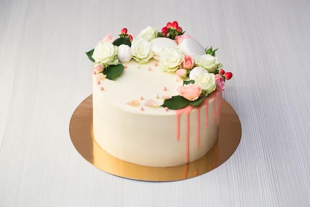Ciasto ze świeżymi kwiatami i makaronikami
