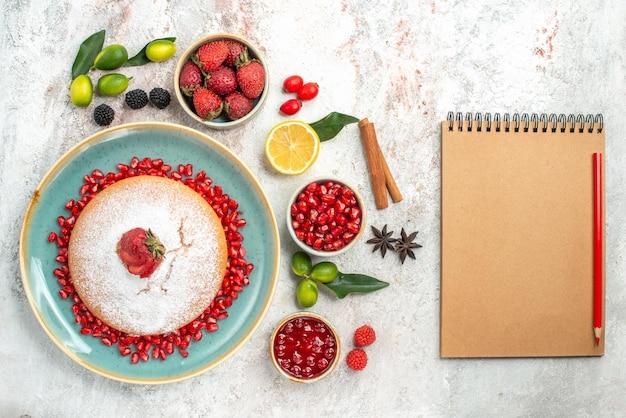 Ciasto zeszyt ołówek ciasto z jagodami owoce cytrusowe cynamon granat