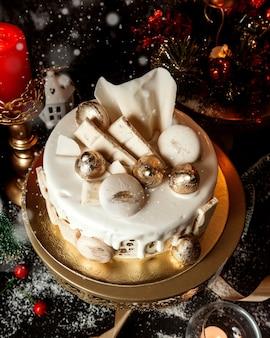 Ciasto zwieńczone białą śmietaną i ciasteczkami