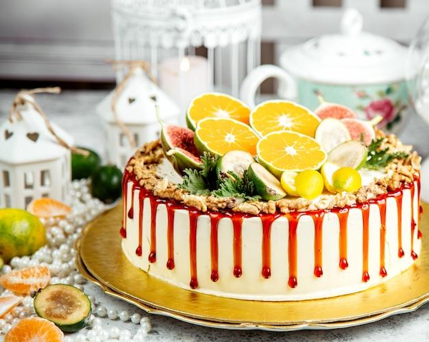 Ciasto zwieńczone syropem karmelowym i pokrojonymi owocami
