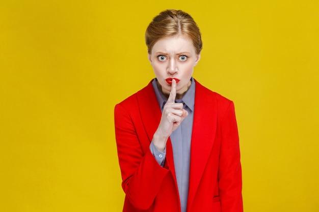 Cicha biznesowa kobieta pokazująca znak tajemnicy