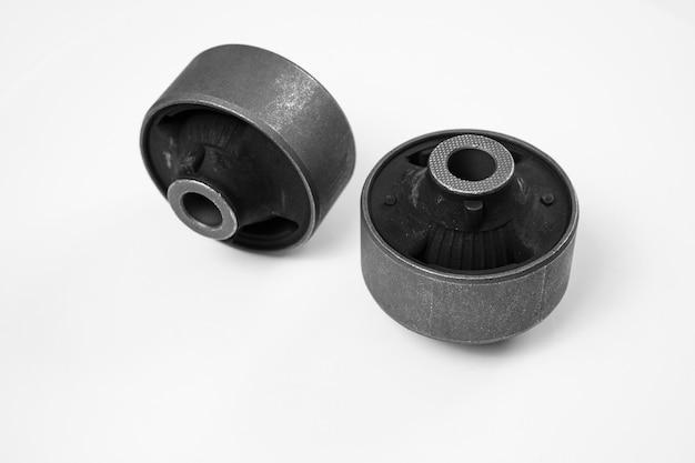 Cicha blokada dźwigni na białym tle. zawias gumowo-metalowy, elastyczna część jest połączona z wewnętrznym i zewnętrznym wiązaniem przez wulkanizację podczas produkcji lub za pomocą kleju. sklep z częściami samochodowymi.